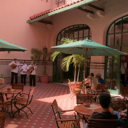 performers entertaining at lunch in Havana outdoor room