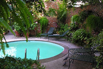 New Orleans French Quarter courtyard focused on circular swimming pool