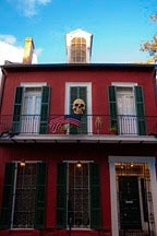 flag and skull on New Orleans French Quarter townhouse