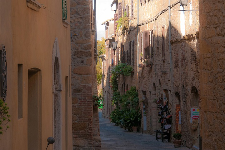 narrow street through Tuscany's Pienza