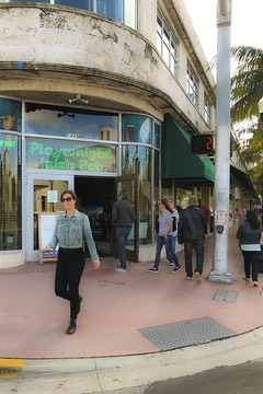 Playwright Irish Pub opens to South Beach street corner with chamfered entry below circular Art Deco building corner